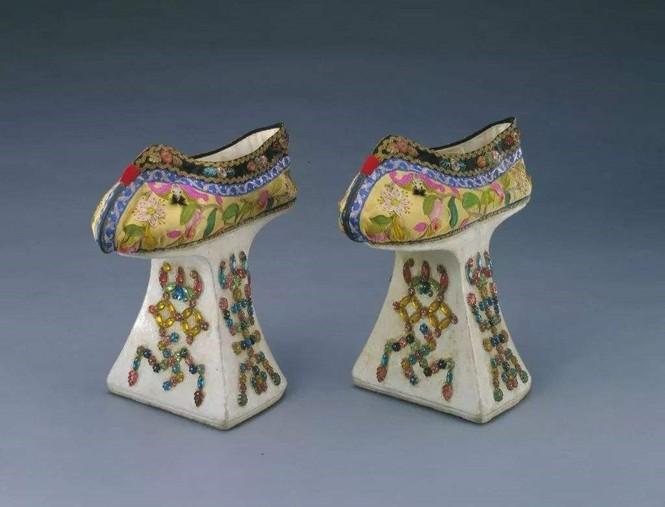 Đừng tưởng giày cao gót thời hiện đại mới có, người cổ đại đã đi giày cao gót 25cm rồi đó! - ảnh 2