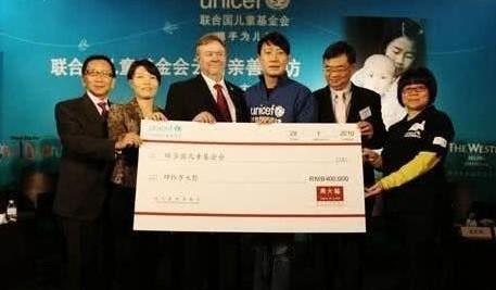 """""""Nam thần"""" gây quỹ cho 80 triệu trẻ em, được cấp hộ chiếu LHQ, phá kỷ lục Guinness - ảnh 3"""