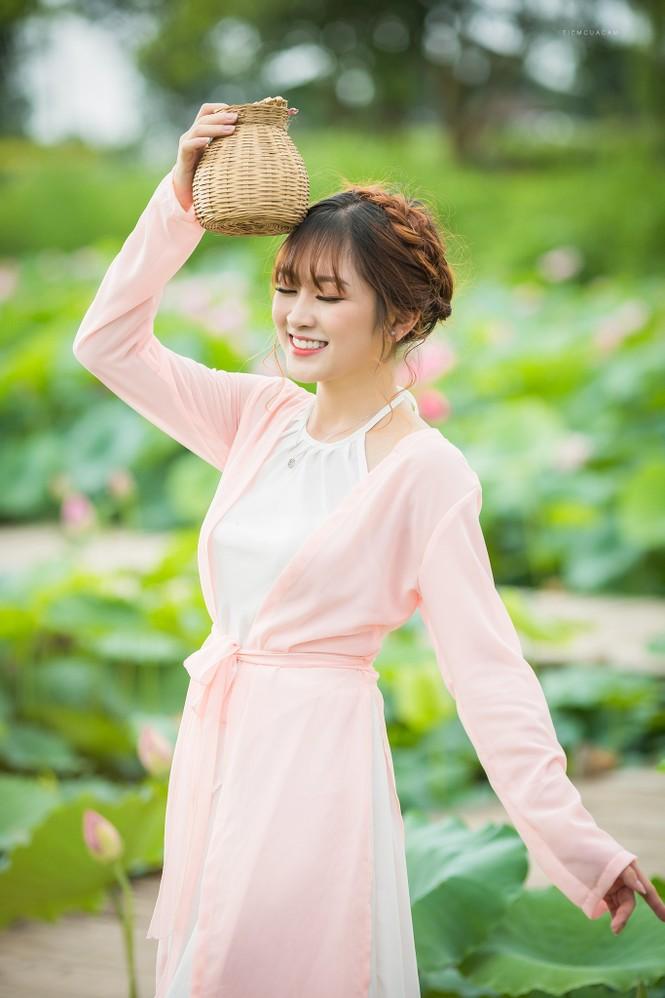 Nữ sinh Tài chính xinh đẹp trong tà áo tứ thân bên hoa sen dưới nắng Hè - ảnh 4