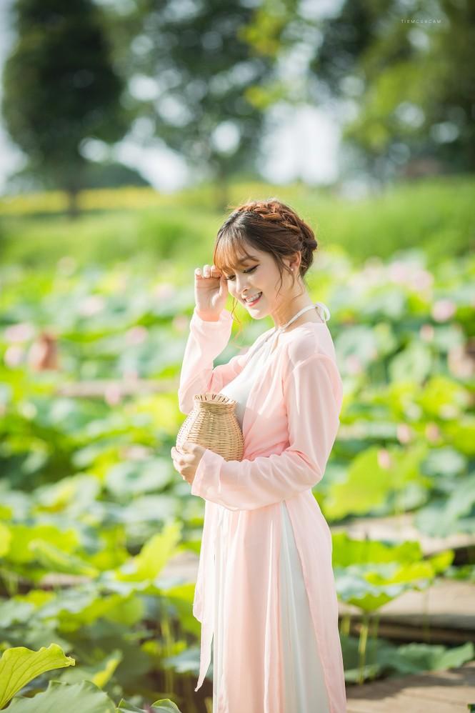 Nữ sinh Tài chính xinh đẹp trong tà áo tứ thân bên hoa sen dưới nắng Hè - ảnh 5