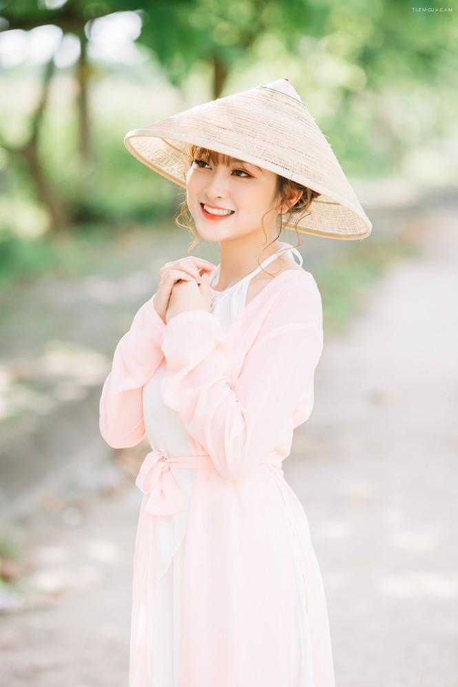 Nữ sinh Tài chính xinh đẹp trong tà áo tứ thân bên hoa sen dưới nắng Hè - ảnh 6