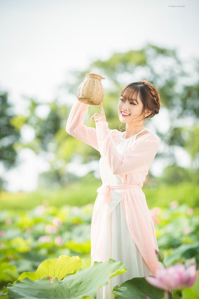 Nữ sinh Tài chính xinh đẹp trong tà áo tứ thân bên hoa sen dưới nắng Hè - ảnh 7