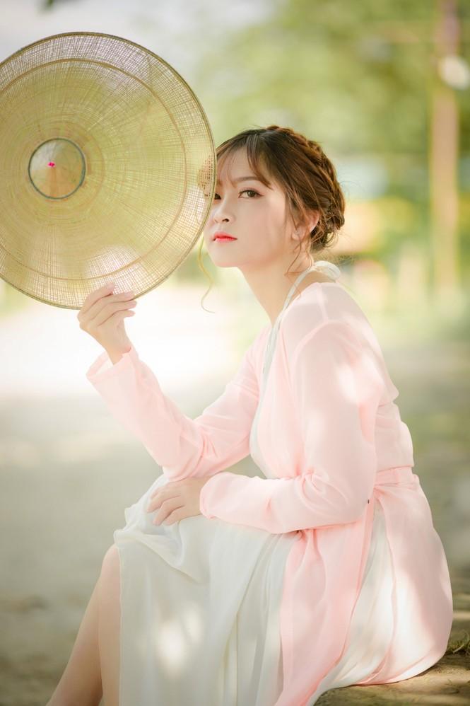 Nữ sinh Tài chính xinh đẹp trong tà áo tứ thân bên hoa sen dưới nắng Hè - ảnh 8