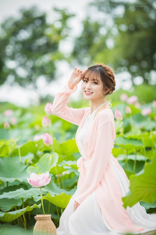 Nữ sinh Tài chính xinh đẹp trong tà áo tứ thân bên hoa sen dưới nắng Hè - ảnh 2