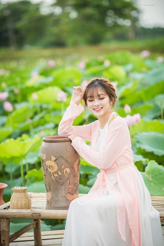 Nữ sinh Tài chính xinh đẹp trong tà áo tứ thân bên hoa sen dưới nắng Hè - ảnh 3