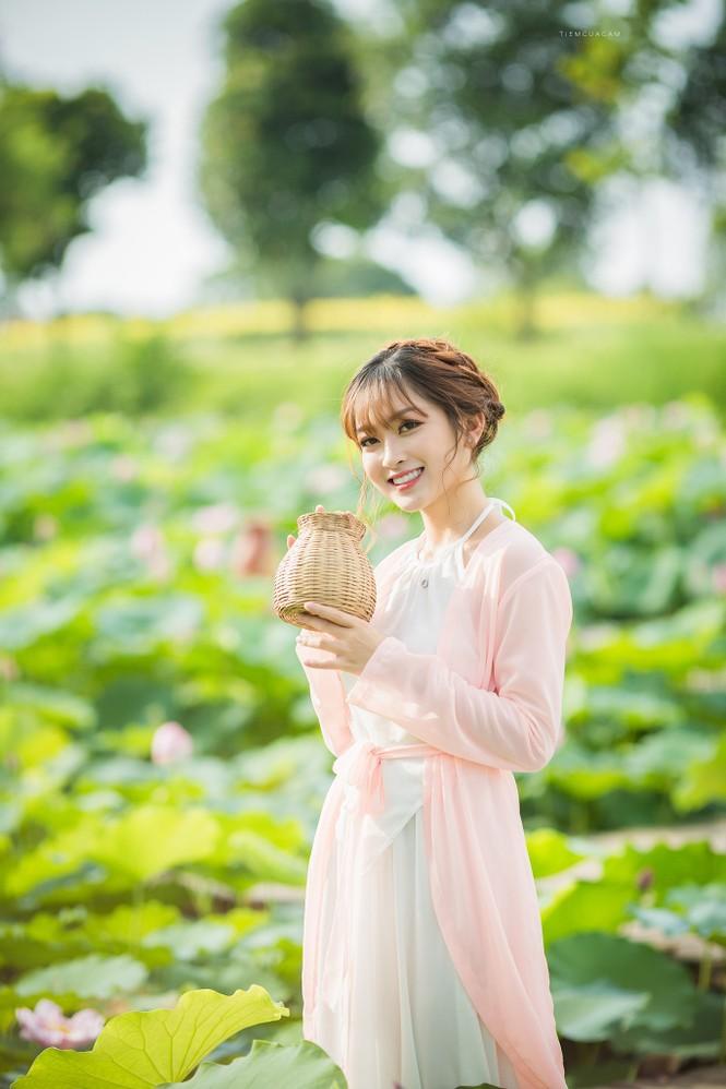 Nữ sinh Tài chính xinh đẹp trong tà áo tứ thân bên hoa sen dưới nắng Hè - ảnh 10