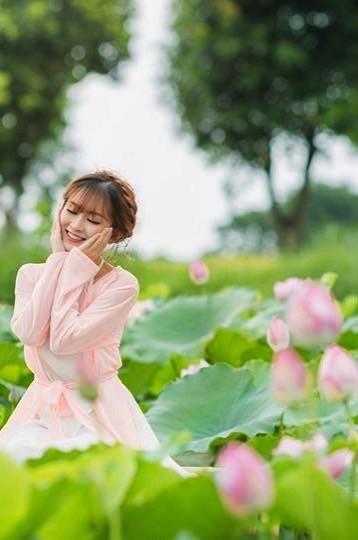 Nữ sinh Tài chính xinh đẹp trong tà áo tứ thân bên hoa sen dưới nắng Hè - ảnh 12