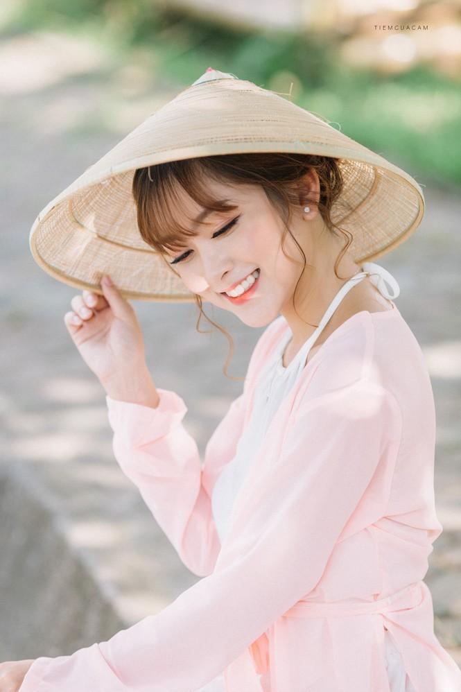 Nữ sinh Tài chính xinh đẹp trong tà áo tứ thân bên hoa sen dưới nắng Hè - ảnh 1