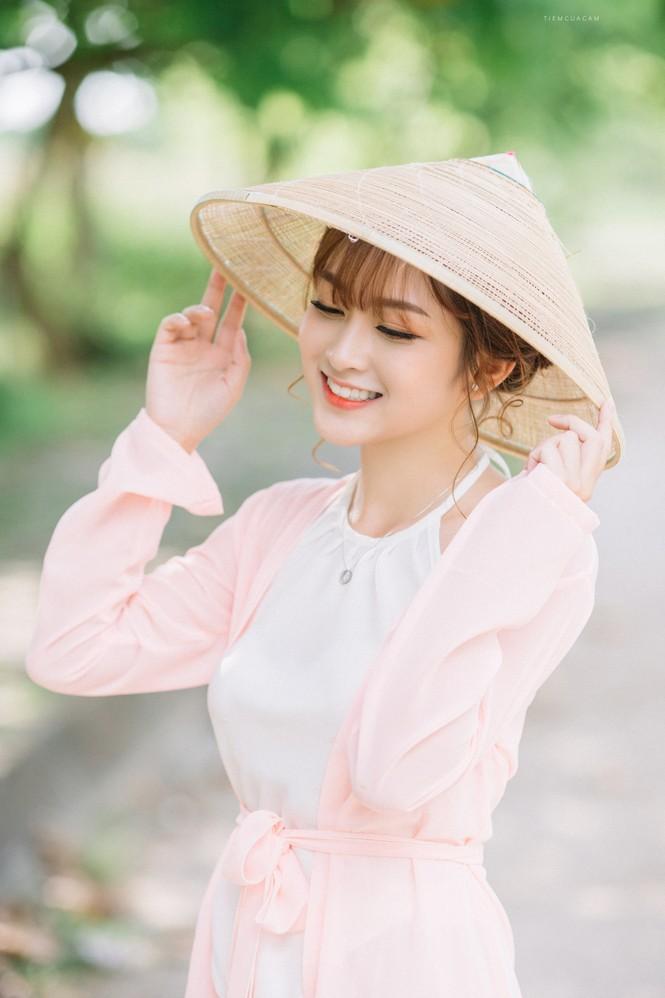 Nữ sinh Tài chính xinh đẹp trong tà áo tứ thân bên hoa sen dưới nắng Hè - ảnh 11