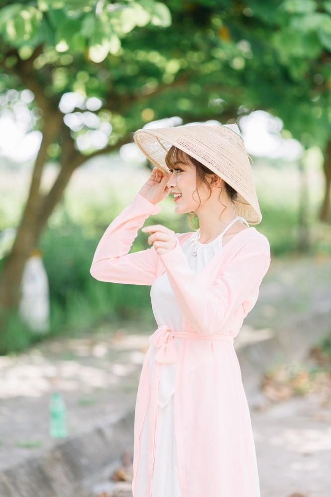 Nữ sinh Tài chính xinh đẹp trong tà áo tứ thân bên hoa sen dưới nắng Hè - ảnh 9