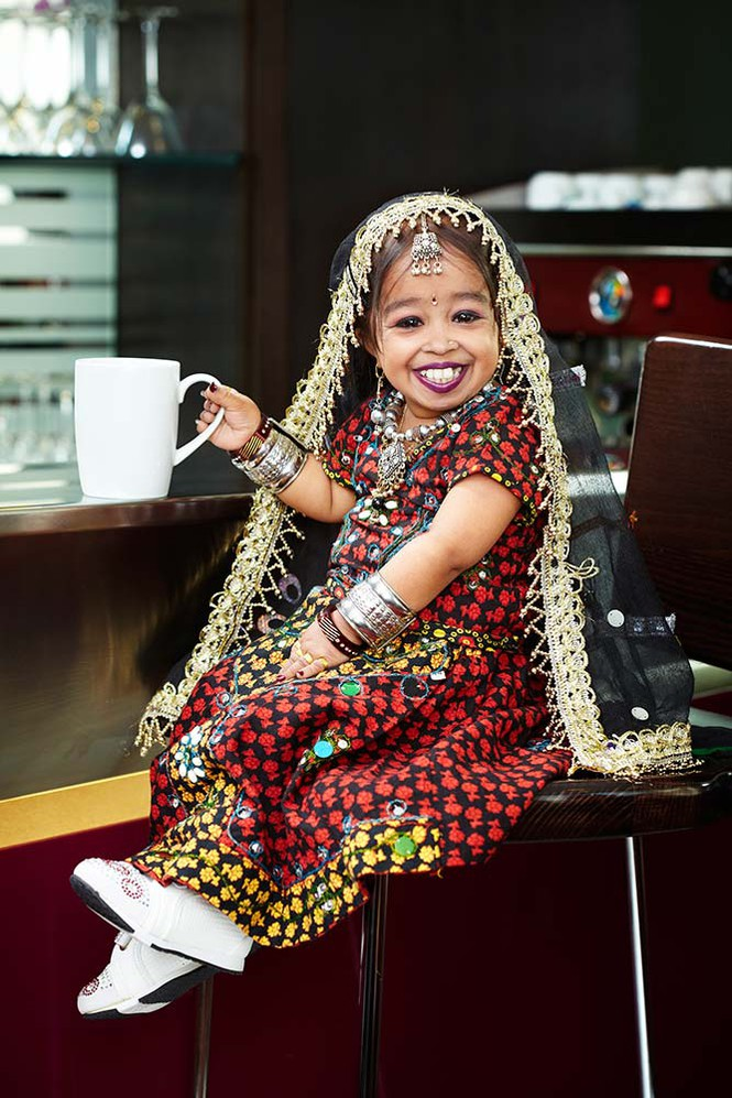 Nữ diễn viên nhỏ nhất thế giới với chiều cao 62,8 cm và nặng 5 kg - ảnh 1