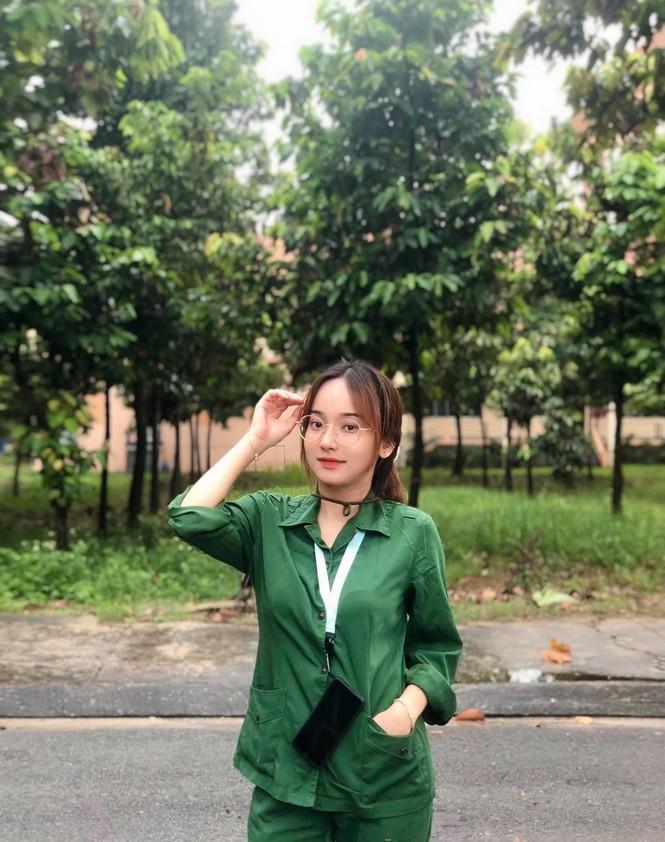 Cô nữ sinh trường ĐH Kinh tế TP Hồ Chí Minh khỏe khoắn, năng động trong bộ đồ quân sự  - ảnh 12