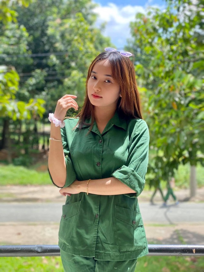 Cô nữ sinh trường ĐH Kinh tế TP Hồ Chí Minh khỏe khoắn, năng động trong bộ đồ quân sự  - ảnh 10