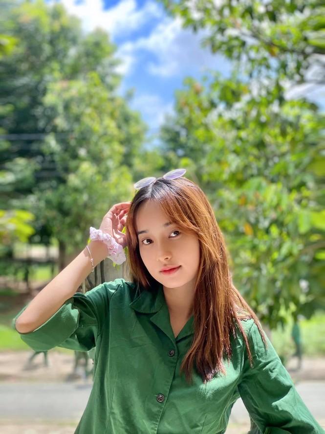 Cô nữ sinh trường ĐH Kinh tế TP Hồ Chí Minh khỏe khoắn, năng động trong bộ đồ quân sự  - ảnh 11