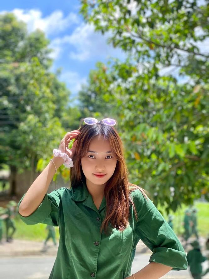 Cô nữ sinh trường ĐH Kinh tế TP Hồ Chí Minh khỏe khoắn, năng động trong bộ đồ quân sự  - ảnh 9