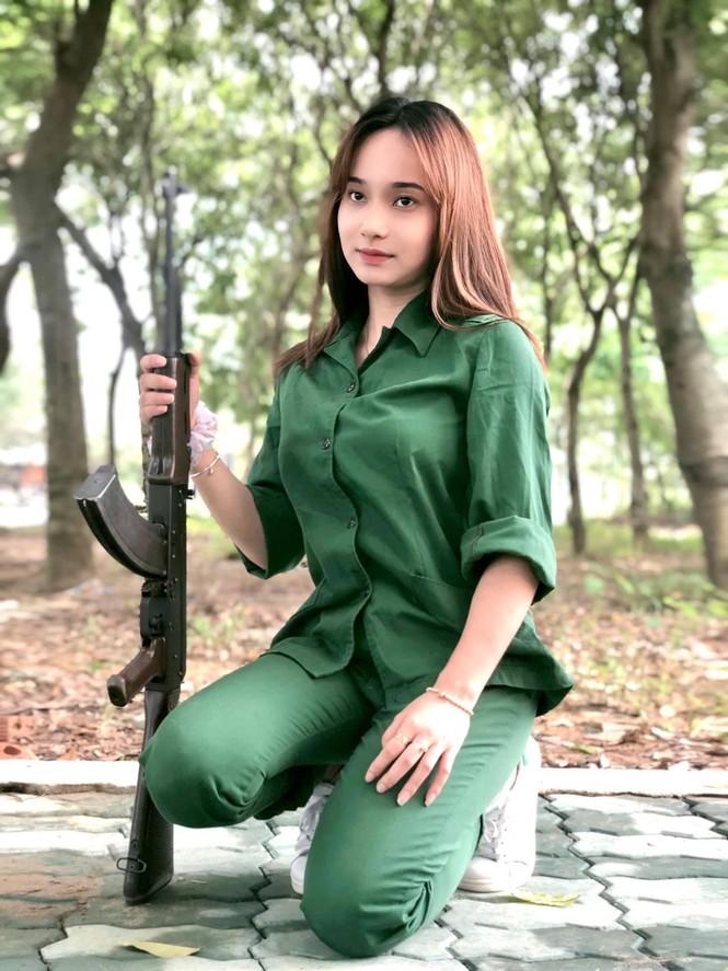 Cô nữ sinh trường ĐH Kinh tế TP Hồ Chí Minh khỏe khoắn, năng động trong bộ đồ quân sự  - ảnh 15