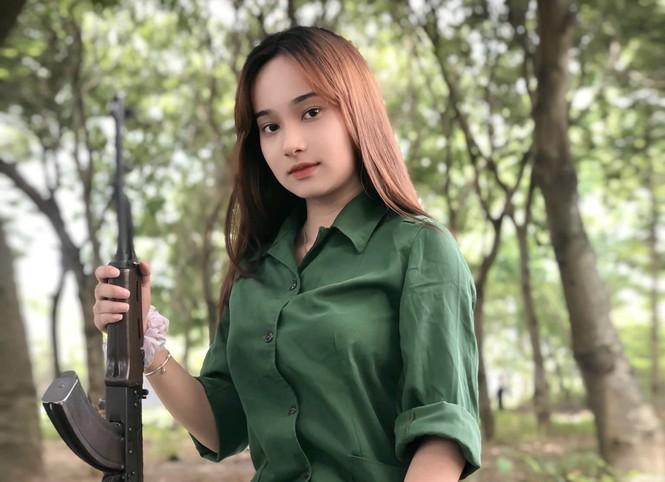Cô nữ sinh trường ĐH Kinh tế TP Hồ Chí Minh khỏe khoắn, năng động trong bộ đồ quân sự  - ảnh 2