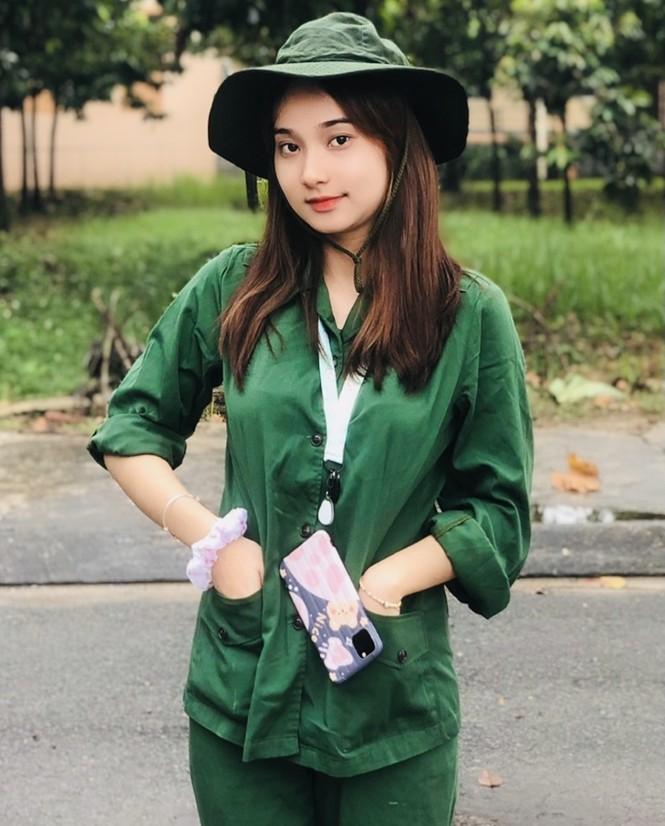 Cô nữ sinh trường ĐH Kinh tế TP Hồ Chí Minh khỏe khoắn, năng động trong bộ đồ quân sự  - ảnh 3