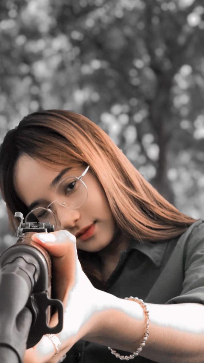Cô nữ sinh trường ĐH Kinh tế TP Hồ Chí Minh khỏe khoắn, năng động trong bộ đồ quân sự  - ảnh 8