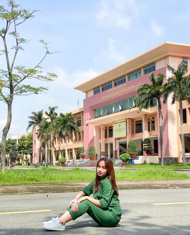 Cô nữ sinh trường ĐH Kinh tế TP Hồ Chí Minh khỏe khoắn, năng động trong bộ đồ quân sự  - ảnh 1
