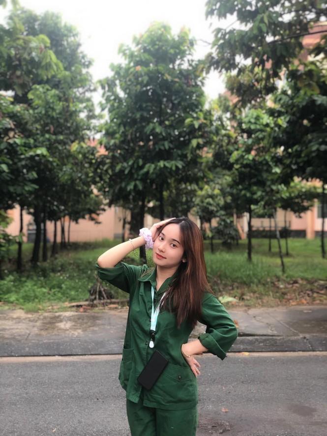 Cô nữ sinh trường ĐH Kinh tế TP Hồ Chí Minh khỏe khoắn, năng động trong bộ đồ quân sự  - ảnh 13
