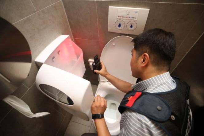 Hàn Quốc: Nhà vệ sinh nữ thiết kế đặc biệt chống những kẻ biến thái, quay lén  - ảnh 2