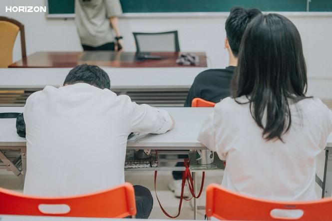 """Bộ ảnh """"Lên Đại học còn thân nhau không?"""" - Góc nhìn của sinh viên trường Báo về tình bạn - ảnh 3"""