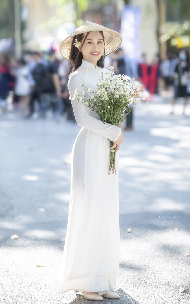 Diện áo dài trắng tinh khôi, Á khôi Phan Thanh Thảo hút hồn mọi ánh nhìn ngày kỷ yếu - ảnh 10