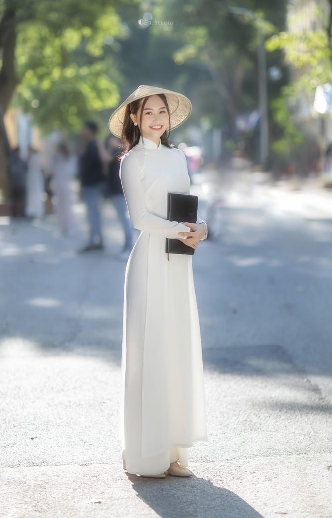 Diện áo dài trắng tinh khôi, Á khôi Phan Thanh Thảo hút hồn mọi ánh nhìn ngày kỷ yếu - ảnh 11