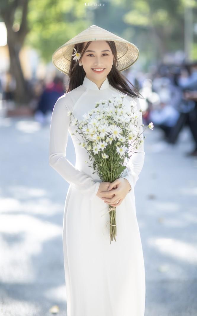 Diện áo dài trắng tinh khôi, Á khôi Phan Thanh Thảo hút hồn mọi ánh nhìn ngày kỷ yếu - ảnh 1