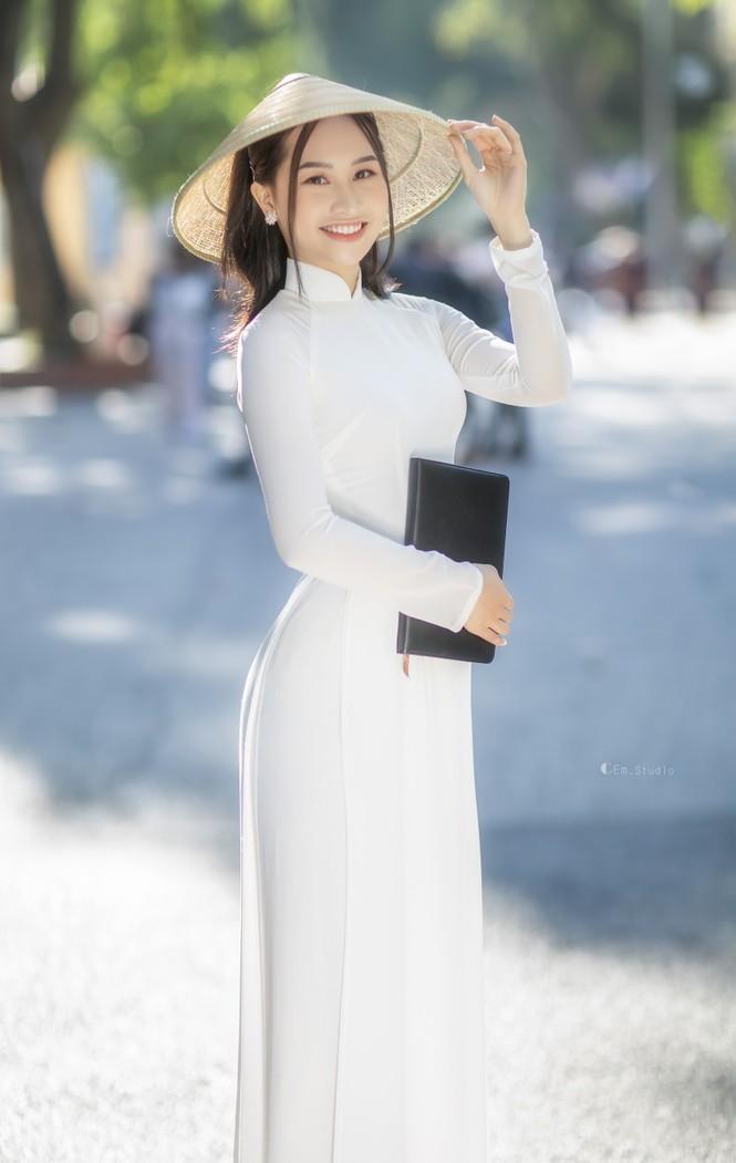 Diện áo dài trắng tinh khôi, Á khôi Phan Thanh Thảo hút hồn mọi ánh nhìn ngày kỷ yếu - ảnh 2