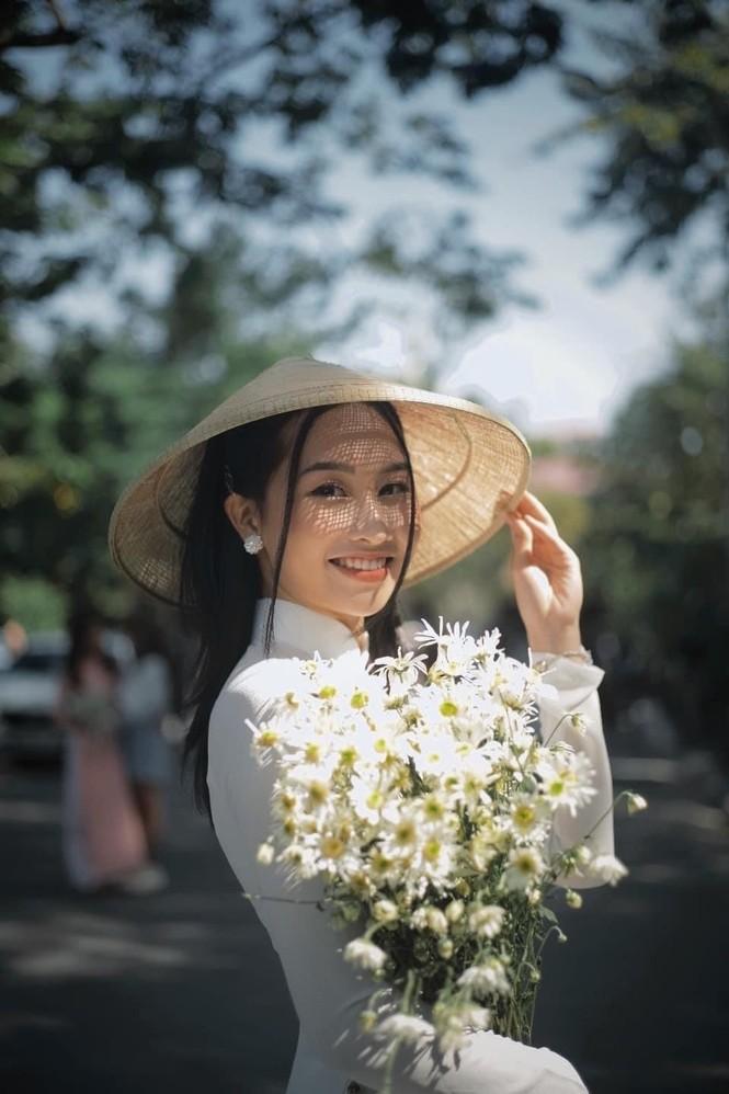 Diện áo dài trắng tinh khôi, Á khôi Phan Thanh Thảo hút hồn mọi ánh nhìn ngày kỷ yếu - ảnh 4