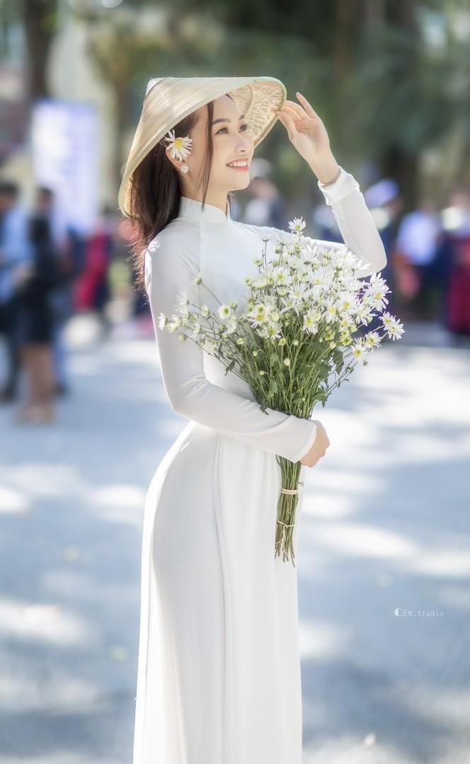 Diện áo dài trắng tinh khôi, Á khôi Phan Thanh Thảo hút hồn mọi ánh nhìn ngày kỷ yếu - ảnh 8