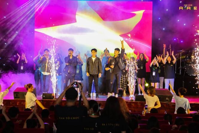 Ngọt Band cực 'phiêu' trong đêm đại nhạc hội chào tân sinh viên trường Báo - ảnh 2