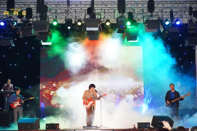 Ngọt Band cực 'phiêu' trong đêm đại nhạc hội chào tân sinh viên trường Báo - ảnh 5