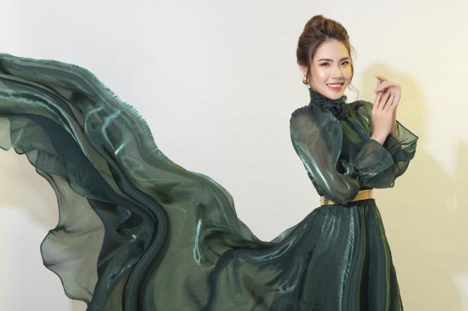 """""""Lụi tim"""" với nét quyến rũ của Á khôi Hồng Nhung trong bộ ảnh Giáng sinh - ảnh 12"""