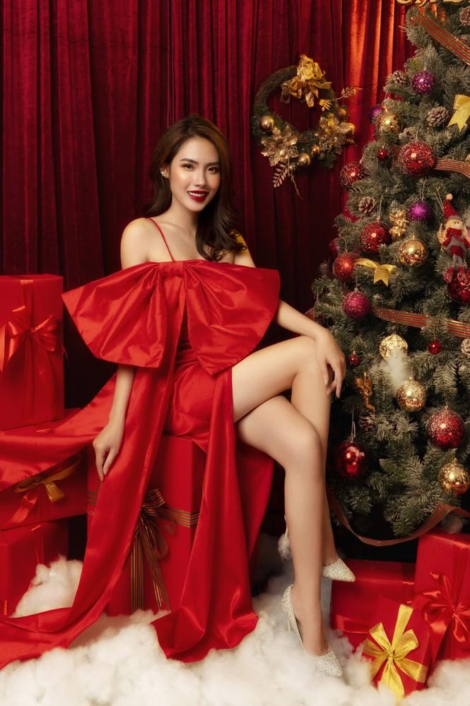 """""""Lụi tim"""" với nét quyến rũ của Á khôi Hồng Nhung trong bộ ảnh Giáng sinh - ảnh 1"""