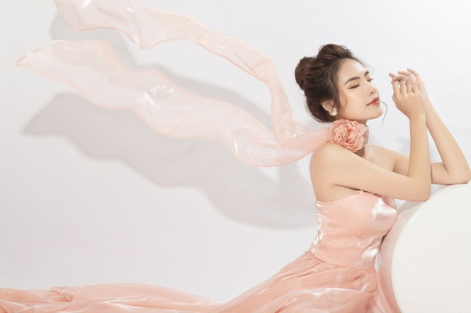 """""""Lụi tim"""" với nét quyến rũ của Á khôi Hồng Nhung trong bộ ảnh Giáng sinh - ảnh 6"""