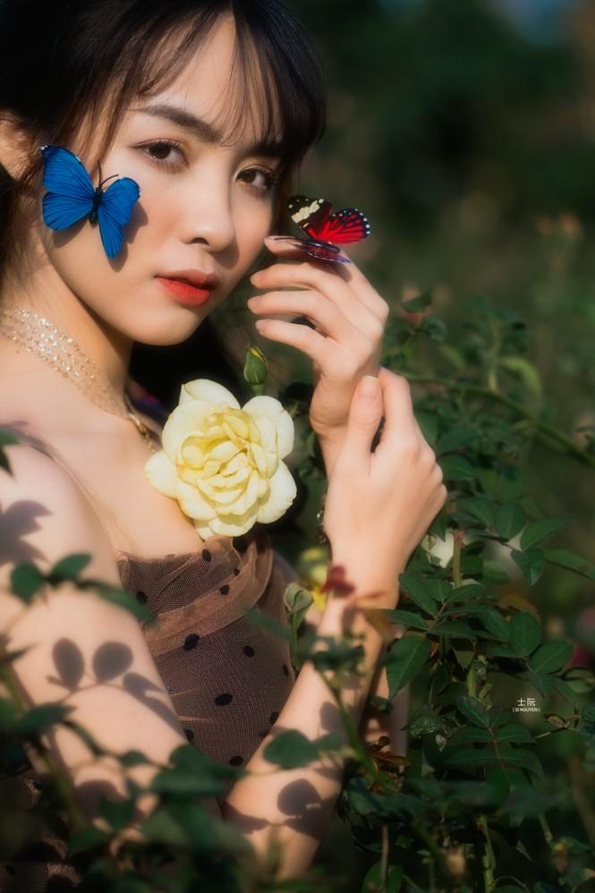 Nữ sinh Bách khoa hóa công chúa mơ màng giữa rừng hoa - ảnh 1