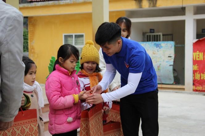 """Ấm áp chương trình """"Đông ấm xứ Lạng, quà Tết cho em"""" - ảnh 7"""