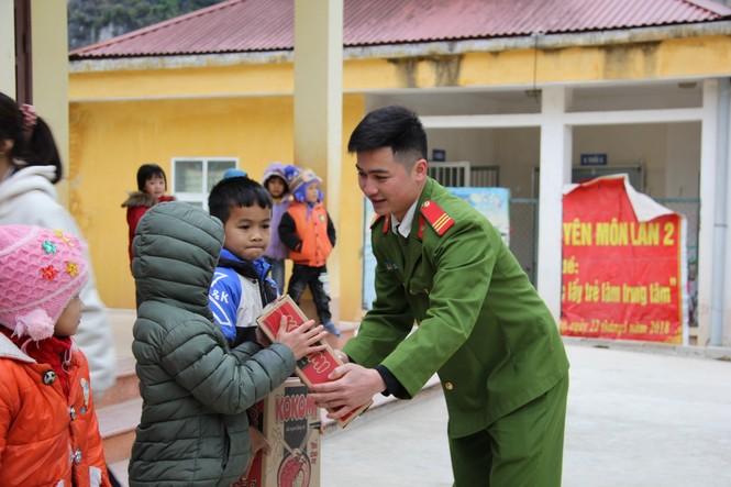 """Ấm áp chương trình """"Đông ấm xứ Lạng, quà Tết cho em"""" - ảnh 6"""