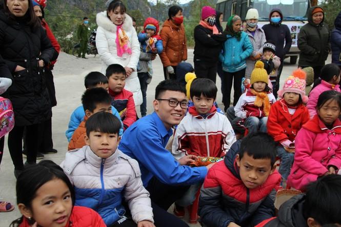 """Ấm áp chương trình """"Đông ấm xứ Lạng, quà Tết cho em"""" - ảnh 15"""