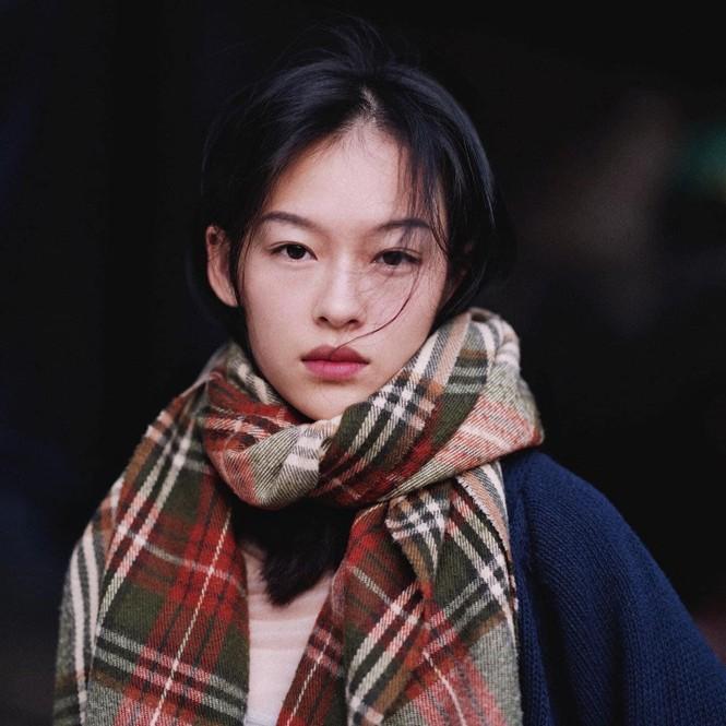 Nữ chính trong MV mới của Erik được netizen săn lùng bởi gương mặt đẹp tựa hoa đán - ảnh 6