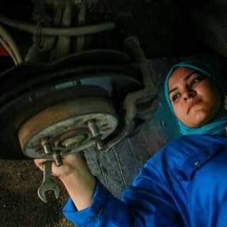 Cô gái 24 tuổi trở thành thợ máy sửa chữa ô tô đầu tiên ở Ai Cập - ảnh 3