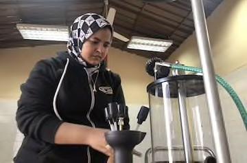 Cô gái 24 tuổi trở thành thợ máy sửa chữa ô tô đầu tiên ở Ai Cập - ảnh 4