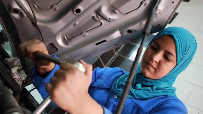 Cô gái 24 tuổi trở thành thợ máy sửa chữa ô tô đầu tiên ở Ai Cập - ảnh 1