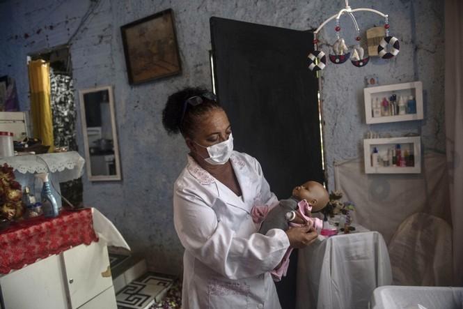 'Bệnh viện búp bê' mang niềm vui cho trẻ em Brazil giữa đại dịch COVID-19 - ảnh 1