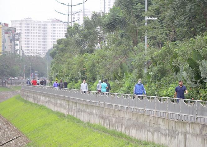 Hà Nội: Đóng cửa công viên, nhiều người dân vẫn ra đường tập thể dục - ảnh 3