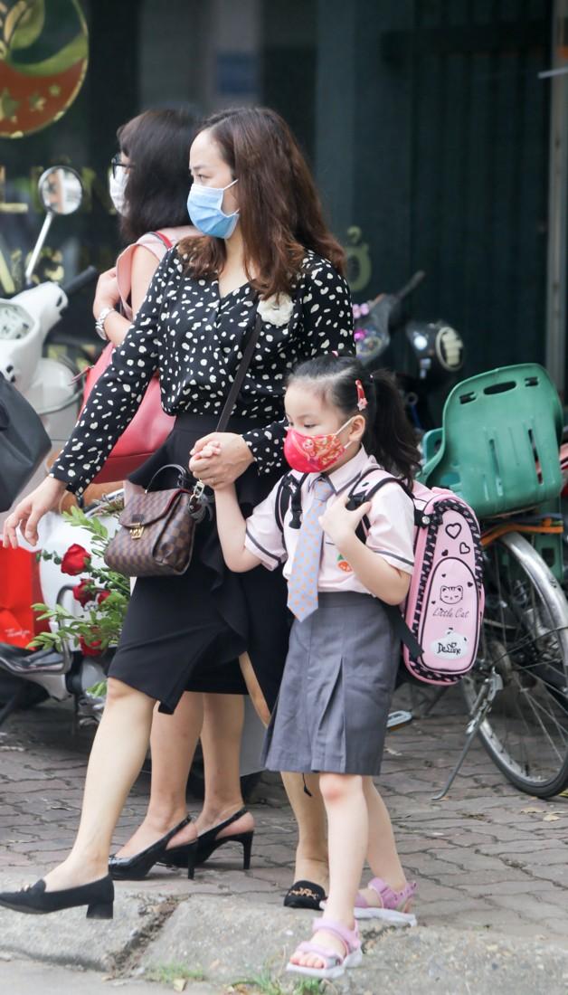 Học sinh Hà Nội tựu trường sau kỳ nghỉ hè 'đặc biệt' - ảnh 5