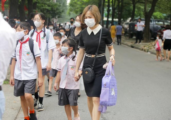 Học sinh Hà Nội tựu trường sau kỳ nghỉ hè 'đặc biệt' - ảnh 3